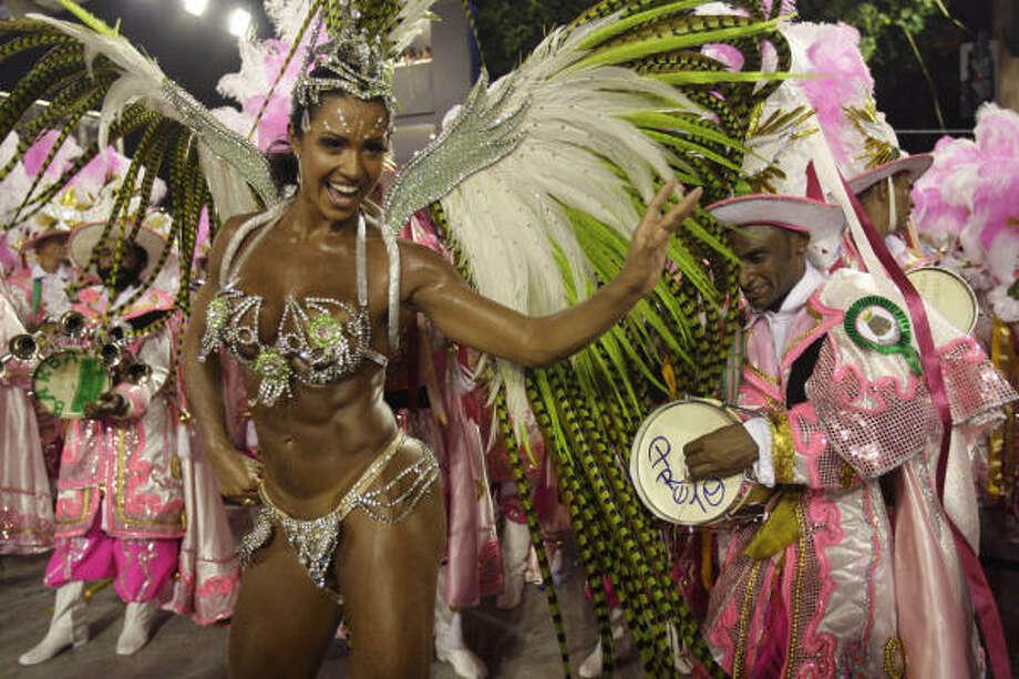 Gracyanne Barbosa, la reina de la escuela de samba Mangueira, mientras desfila en el sambódromo. Photo: Natacha Pisarenko, AP