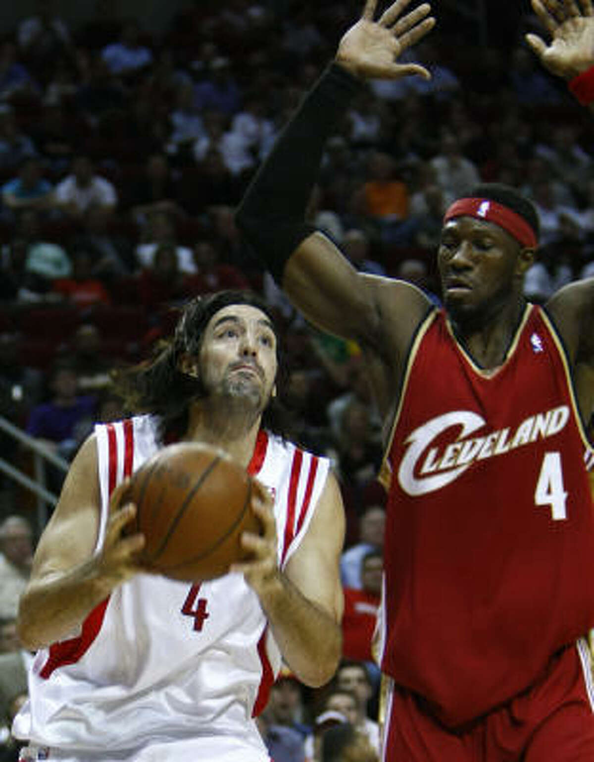Luis Scola (4) drives to the basket against Cavaliers center Ben Wallace in the first quarter.