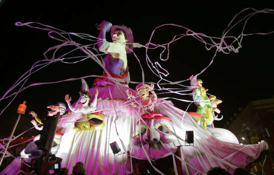 The Queen of Nice float leads the parade down a crowded street. Photo: LIONEL CIRONNEAU, AP