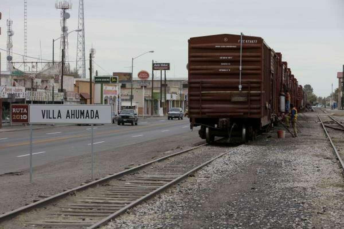 Villa Ahumada es una comunidad de 15.000 habitantes, localizada a casi 150 kilómetros (80 millas) de la frontera, a la altura de El Paso, Texas.