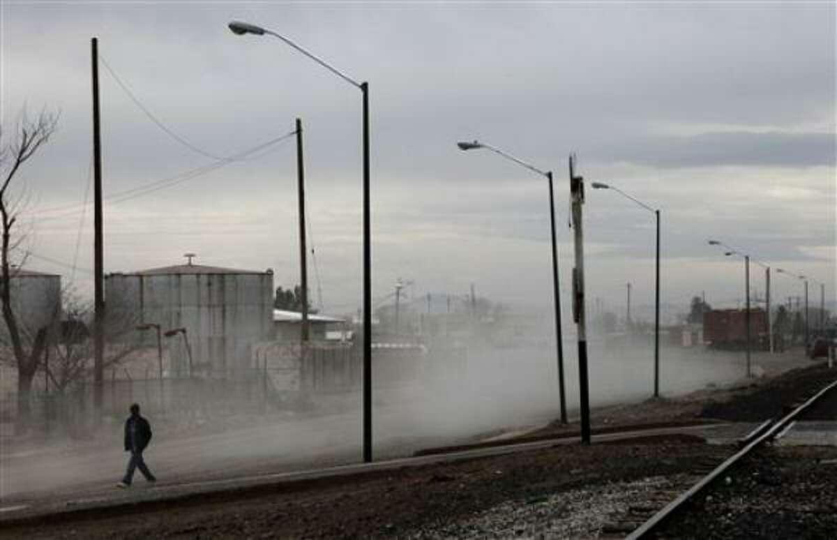 El pueblo es atravesado por una vía férrea y por la Carretera Panamericana, que van directo hacia la frontera con Estados Unidos.