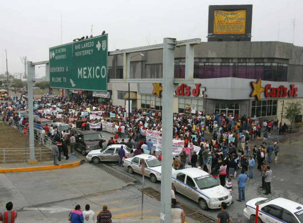 Cientos de personas interrumpieron con su marcha el tráfico de vehículos en la calle que lleva al puente internacional de Hidalgo, en Reynosa.