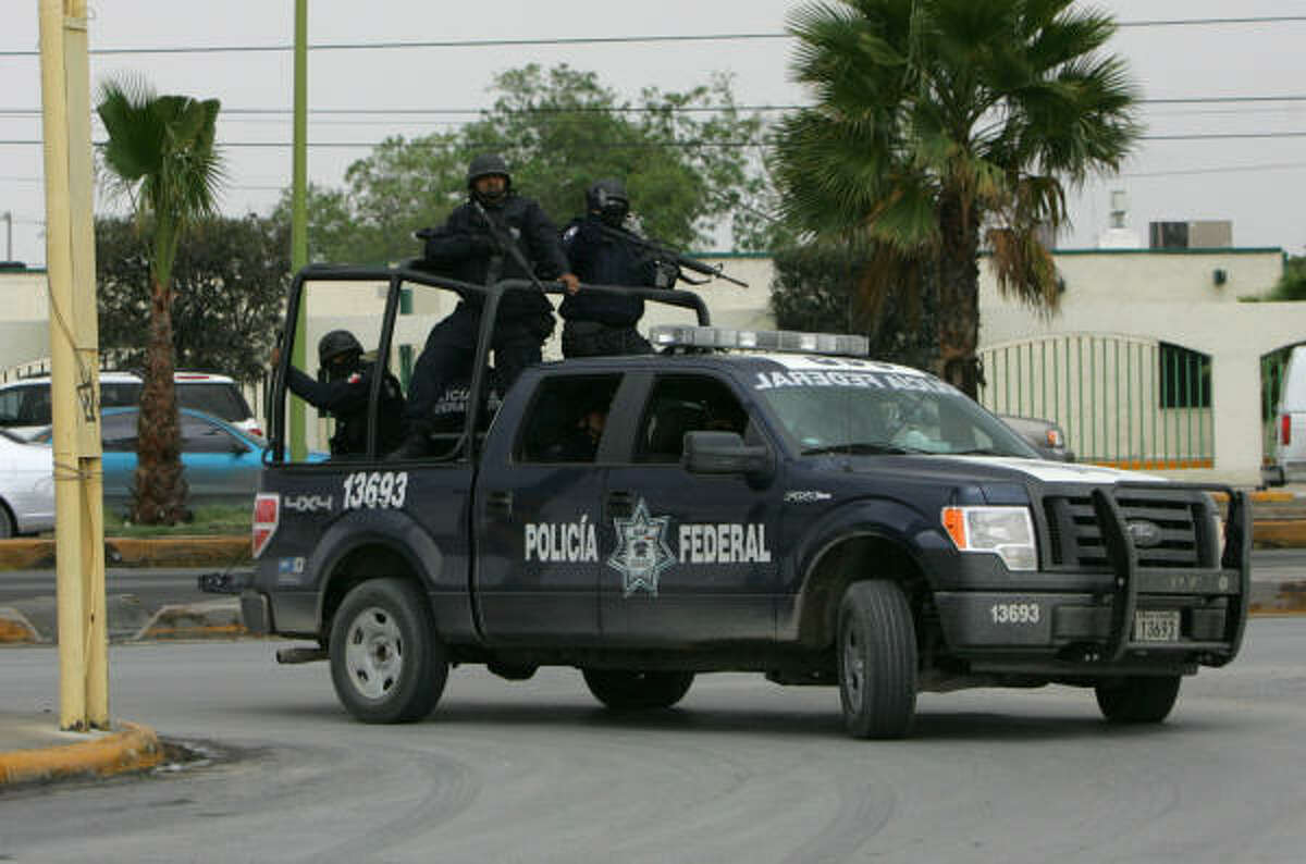 Soldados federales patrullan las calles de Reynosa durante la jornada de enfrentamientos.