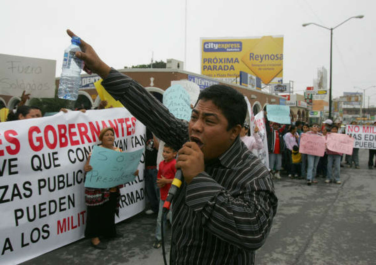 Uno de los manifestantes pide por un altavoz el retiro de los soldados mexicanos, en Reynosa.