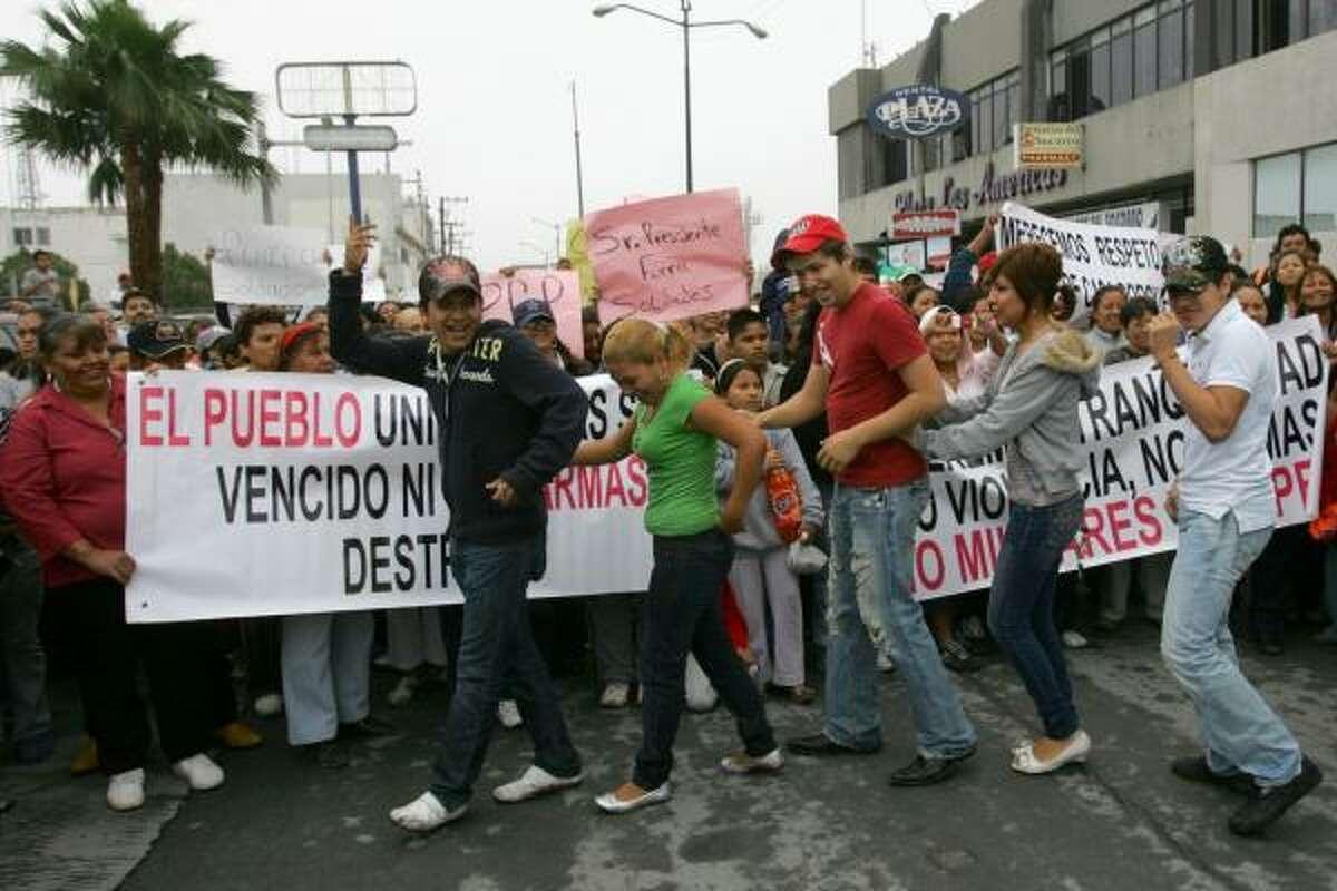 Un grupo de manifestantes baila cerca del puente internacional de Hidalgo, en Reynosa.