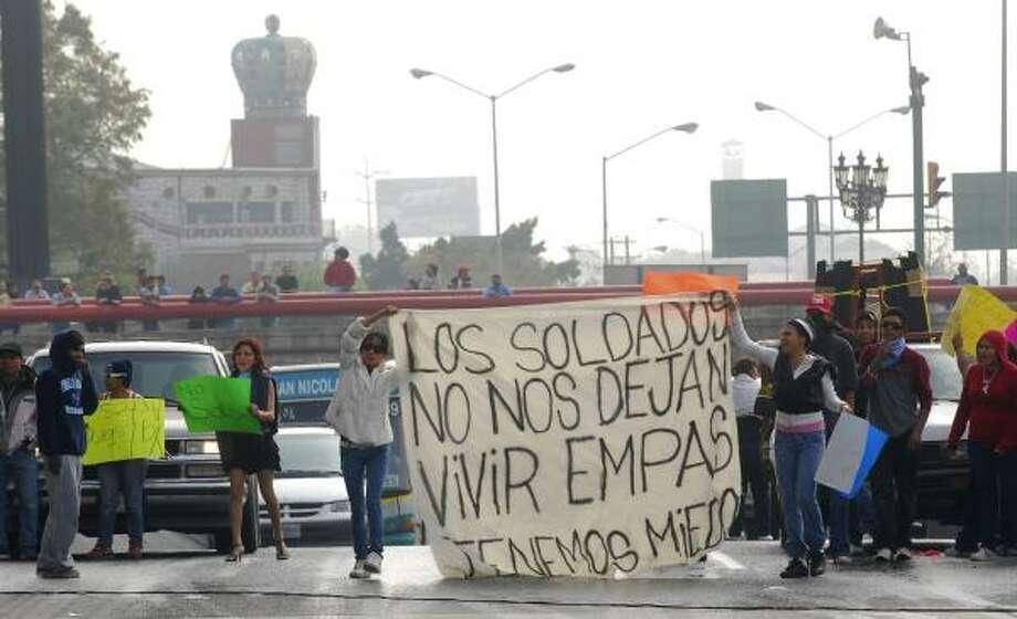 Los manifestantes también utilizaron pancartas para expresar su temor a la violencia en Monterrey. Photo: STR, AP