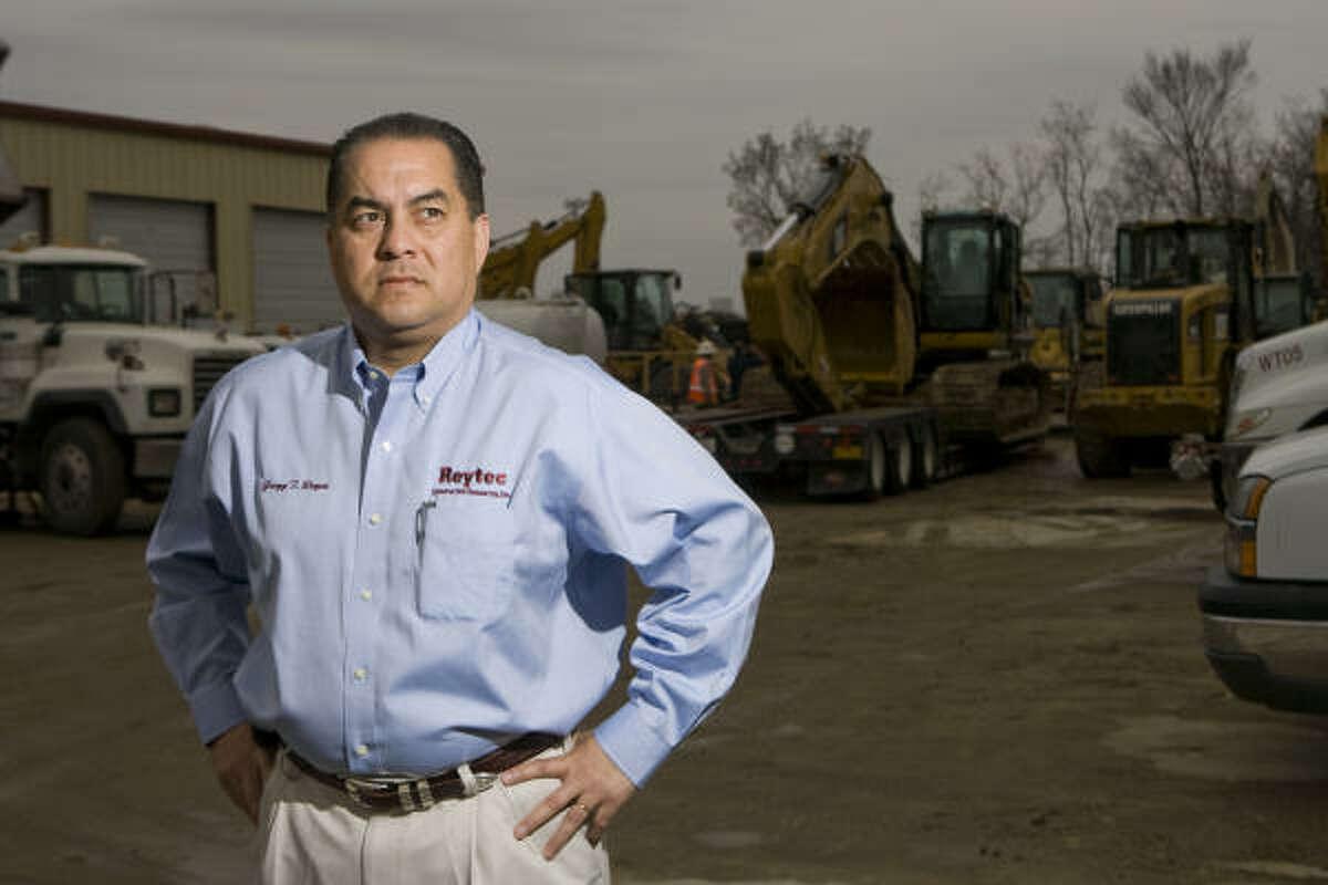 """""""En el sector de la construcción, el gobierno de Obama debe generar, rápidamente, nuevos empleos. Tendría que invertir unos 500,000 millones de dólares en proyectos de infraestructura pública en el país: escuelas, instalaciones médicas, calles, carreteras, puentes, sistemas de drenaje, entre otros"""", piensa Gregg T. Reyes, presidente y CEO de Reytec Construction Resources."""