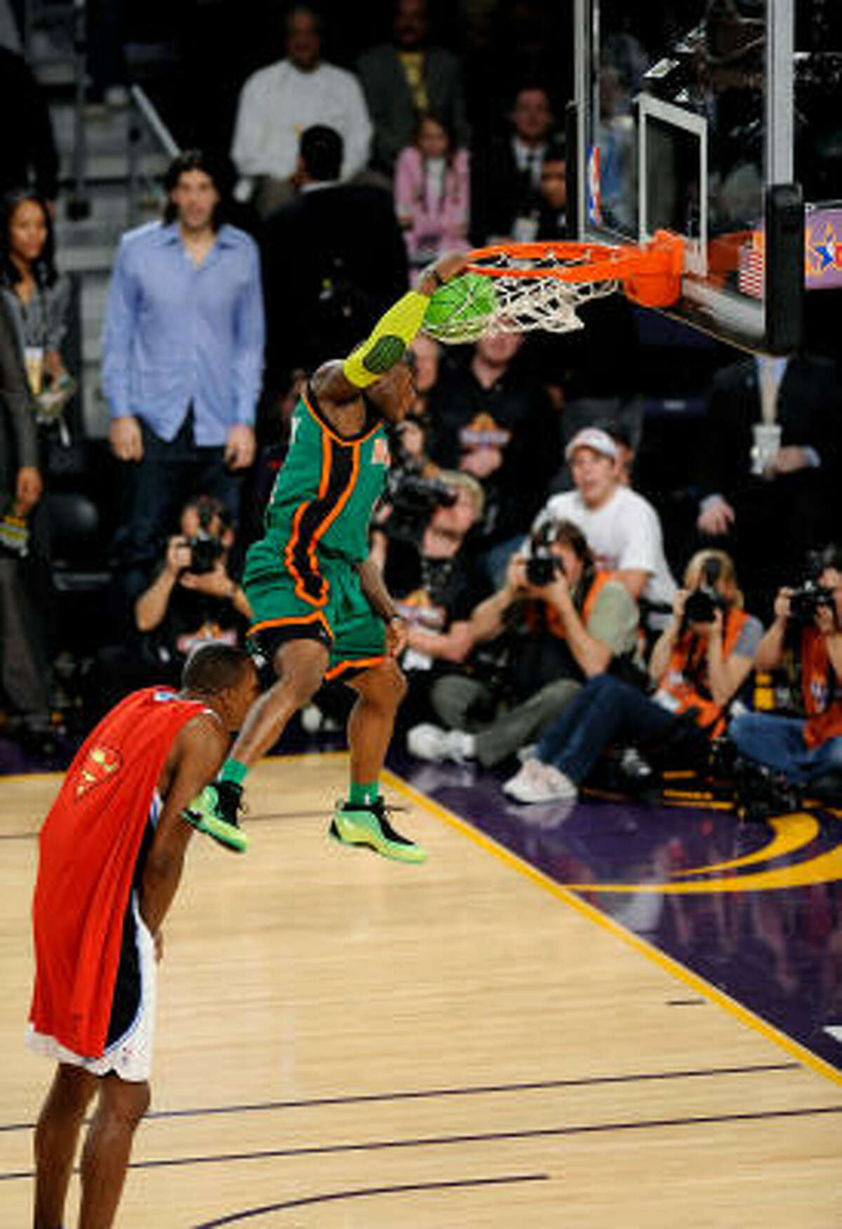 New York's Nate Robinson leaps over Orlando's Dwight Howard in the finals of the Sprite Slam Dunk Contest.