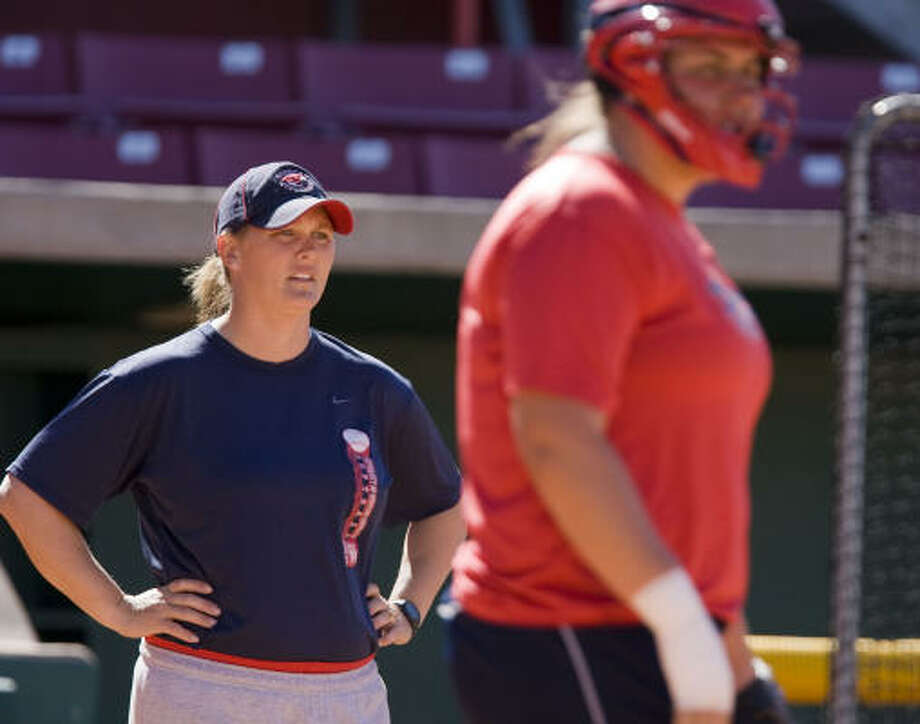 Kyla Holas (left) is in her ninth season as head softball coach at the University of Houston. Photo: James Nielsen, Chronicle