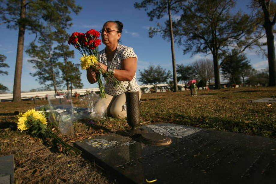 La señora Valdez visita en Houston la tumba de su hijo, quien fue asesinado cerca de la casa donde creció ella en el estado de Guerrero, en México. Photo: Mayra Beltran, Houston Chronicle