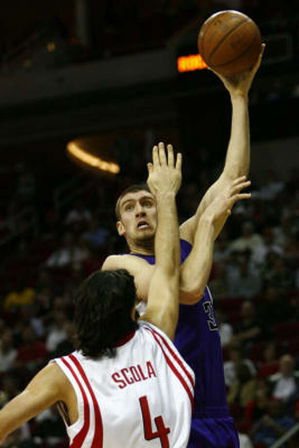 Luis Scola (4) tries to make a block on Spencer Hawes. Photo: Michael Paulsen, Chronicle