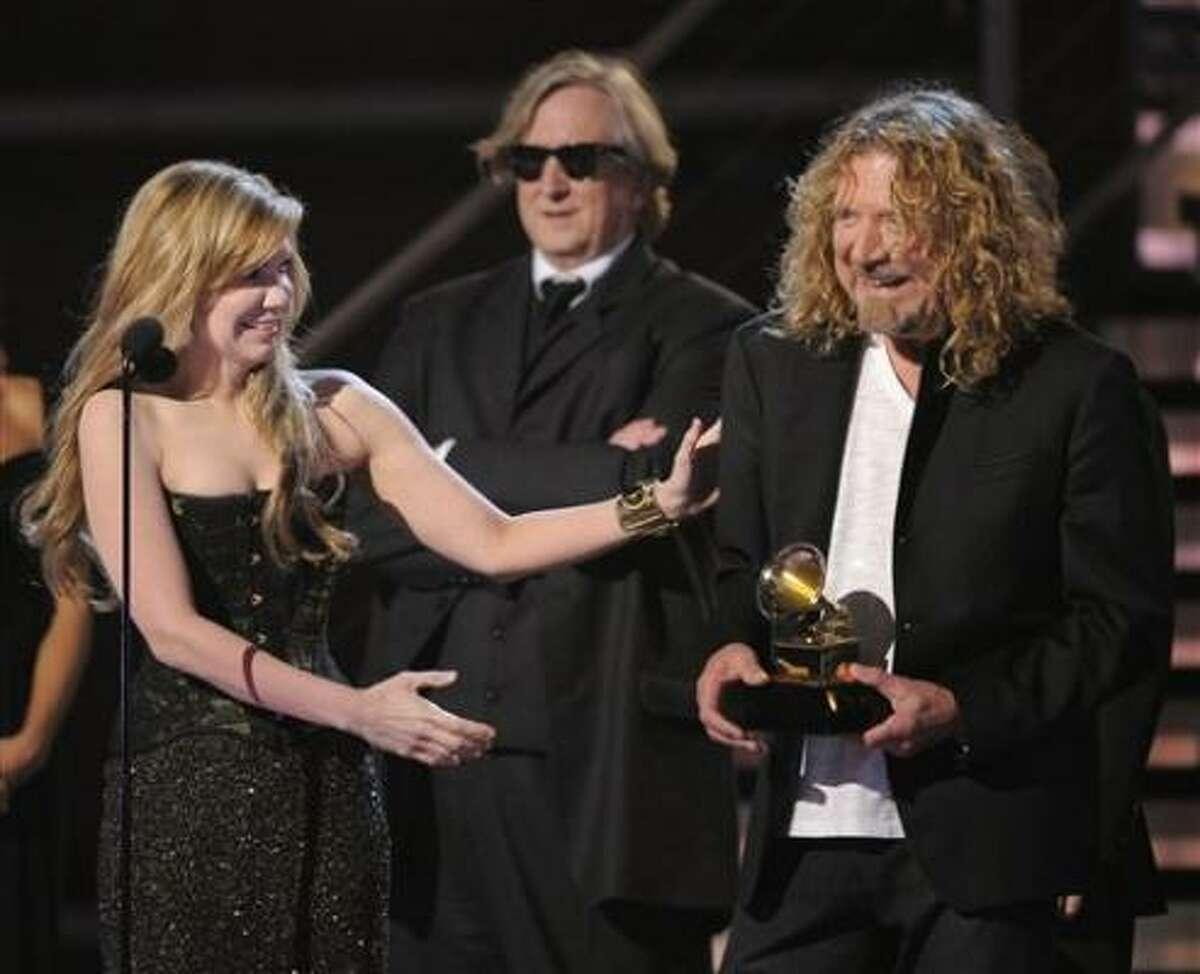Alison Krauss (izq.) y Robert Plant recibieron el premio a mejor álbum del año en la entrega de los premios Grammy, el domingo 8 de febrero, en Los Ángeles, California.