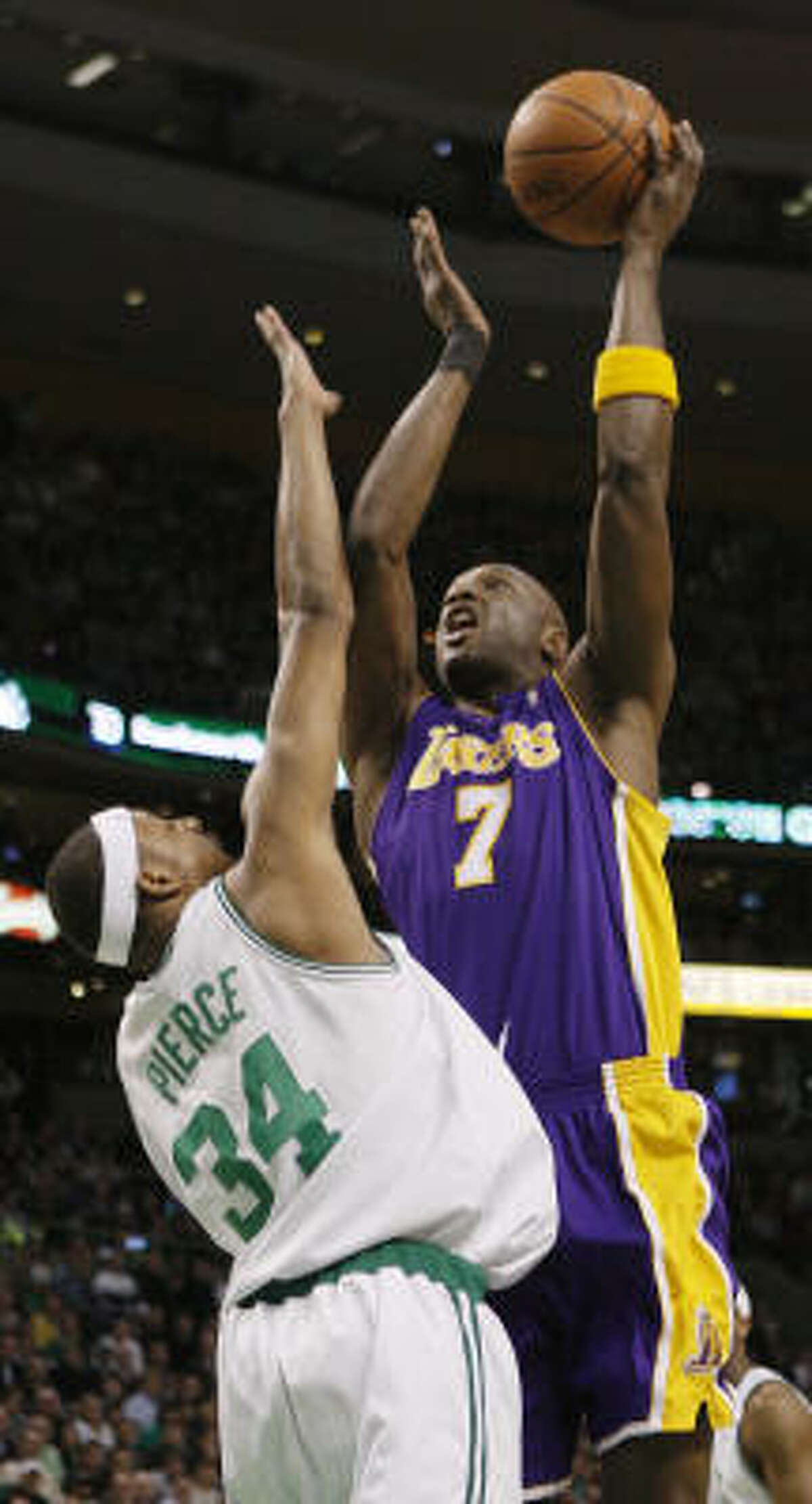 Los Angeles forward Lamar Odom (right) hit two free throws with 16 seconds remaining in overtime to give the Lakers a 110-109 win over Boston on Thursday, snapping the Celtics' 12-game winning streak.