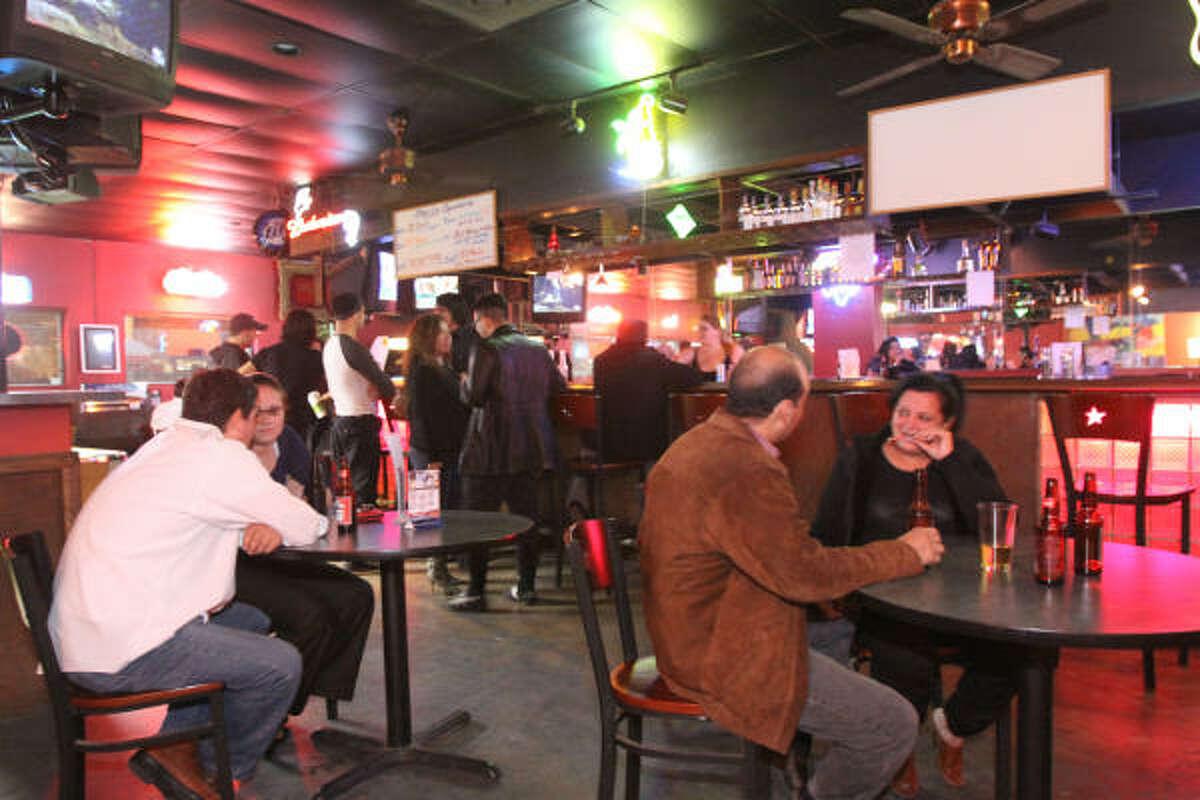 Los clientes de este bar se reúnen para escuchar las nuevas propuestas de las diversas bandas que se abren camino.