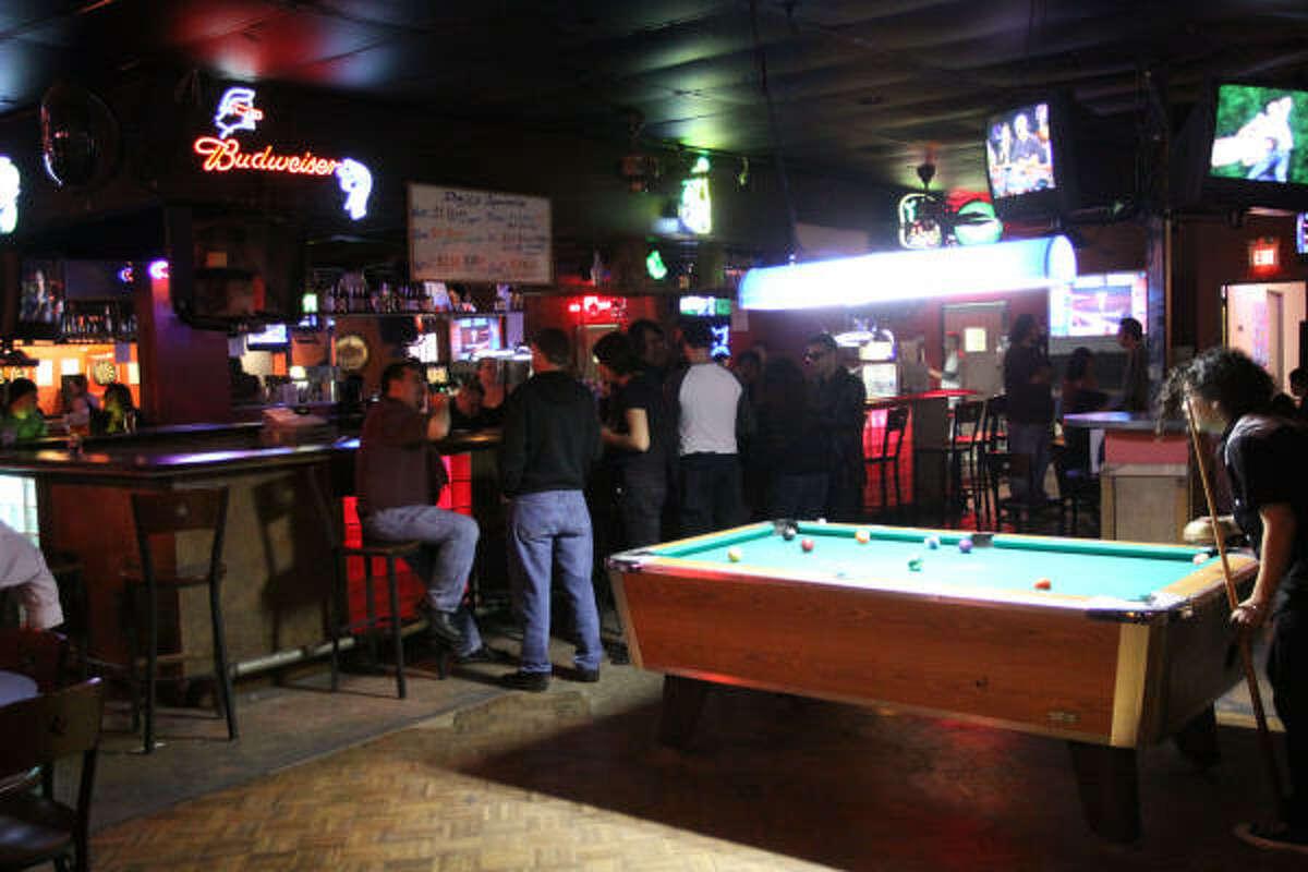 Amantes del pool o billar se congregan aquí para jugar a este deporte de mesa.