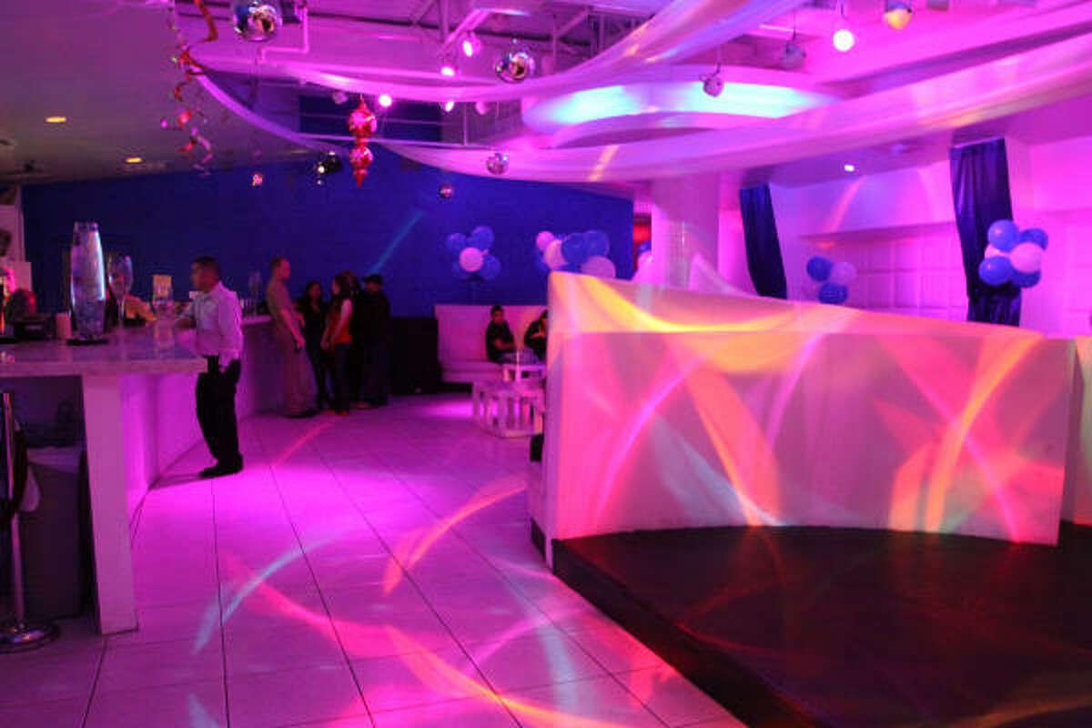Los efectos de iluminación del club harán que te sientas en medio de una cascada de colores.