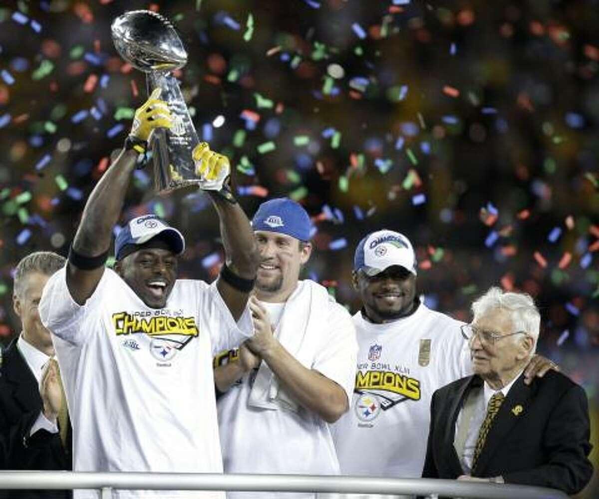 Santonio Holmes, Ben Roethlisberger, el entrenador Mike Tomlin y el dueño del equipo Pittsburgh Steelers, Daniel M. Rooney (de izq. a der.) celebran el triunfo en Tampa, Florida.