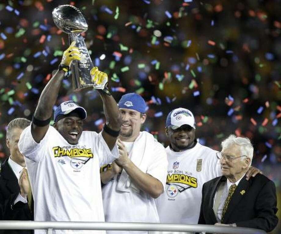 Santonio Holmes, Ben Roethlisberger, el entrenador Mike Tomlin y el dueño del equipo Pittsburgh Steelers, Daniel M. Rooney (de izq. a der.) celebran el triunfo en Tampa, Florida. Photo: Julie Jacobson, AP