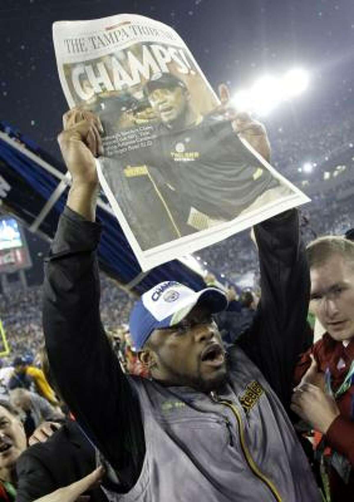 El entrenador de los Steelers, Mike Tomlin, muestra su alegría después de la victoria.