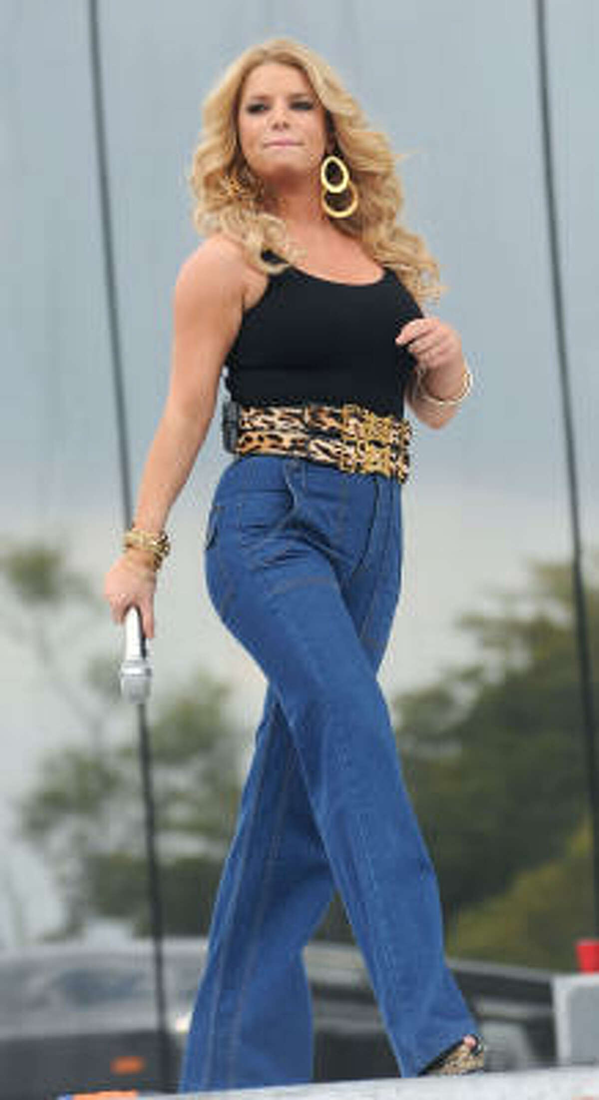 When Jessica Simpson performed at a chili cook off last month, the tongues started wagging.