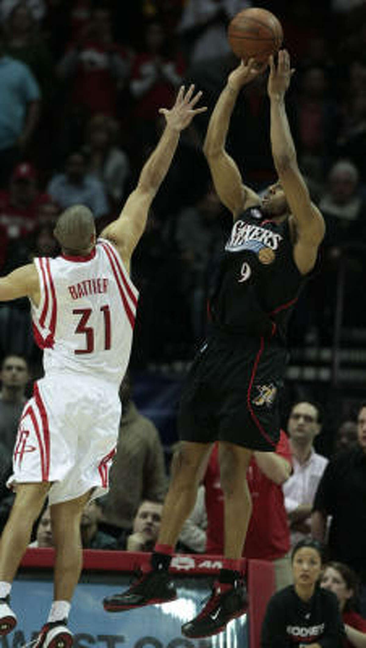 Shane Battier, left, defends 76ers forward Andre Iguodala during last seconds of the fourth quarter.