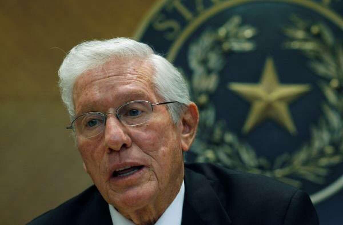 Leo Berman (republicano), representa al Distrito 6 localizado al este de Dallas, donde el 11 por ciento de la población es hispano. Propone prohibir a las universidades admitir a estudiantes indocumentados.