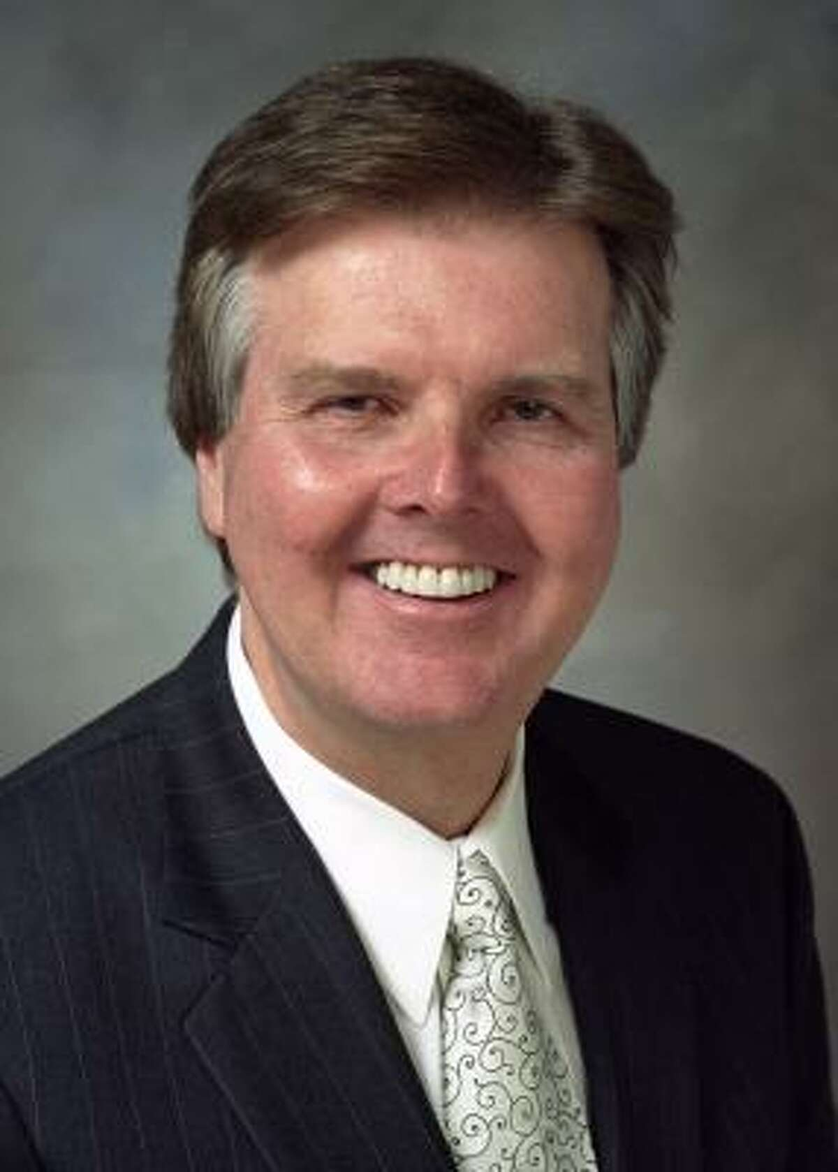 Dan Patrick (republicano), senador por el Distrito 7, al noroeste de Houston, donde el 16 por ciento de la población es latino. Propone obligar a todas las agencias de policía locales a perseguir infracciones a las leyes de inmigración.