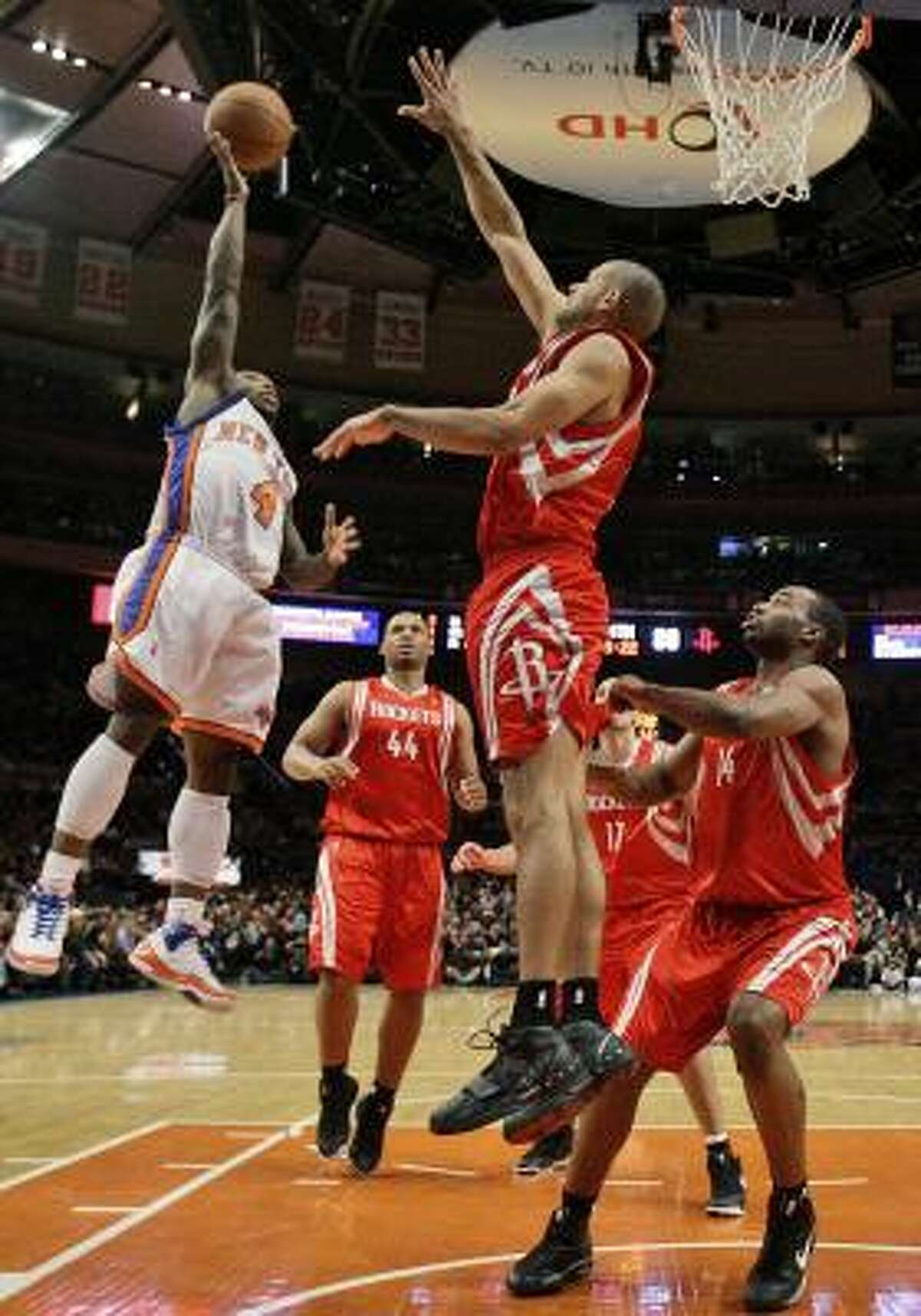 Knicks guard Nate Robinson, right, shoots in the fourth quarter against Shane Battier.