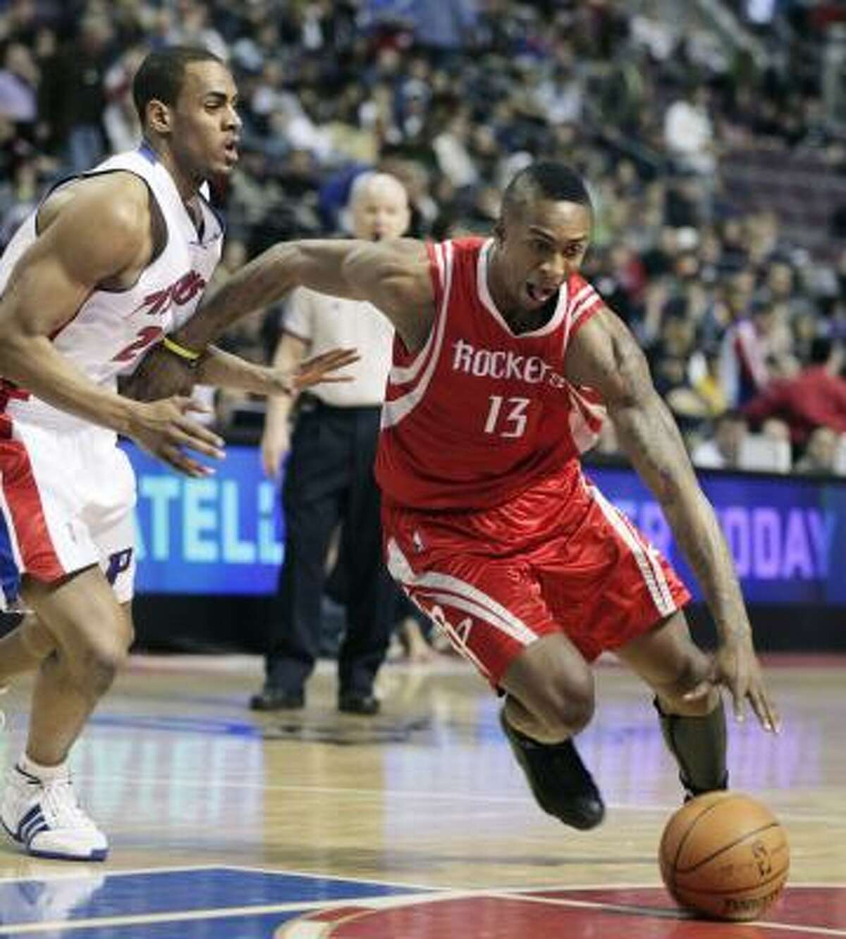Von Wafer, right, drives to the basket against Pistons guard Arron Afflalo in the first half.