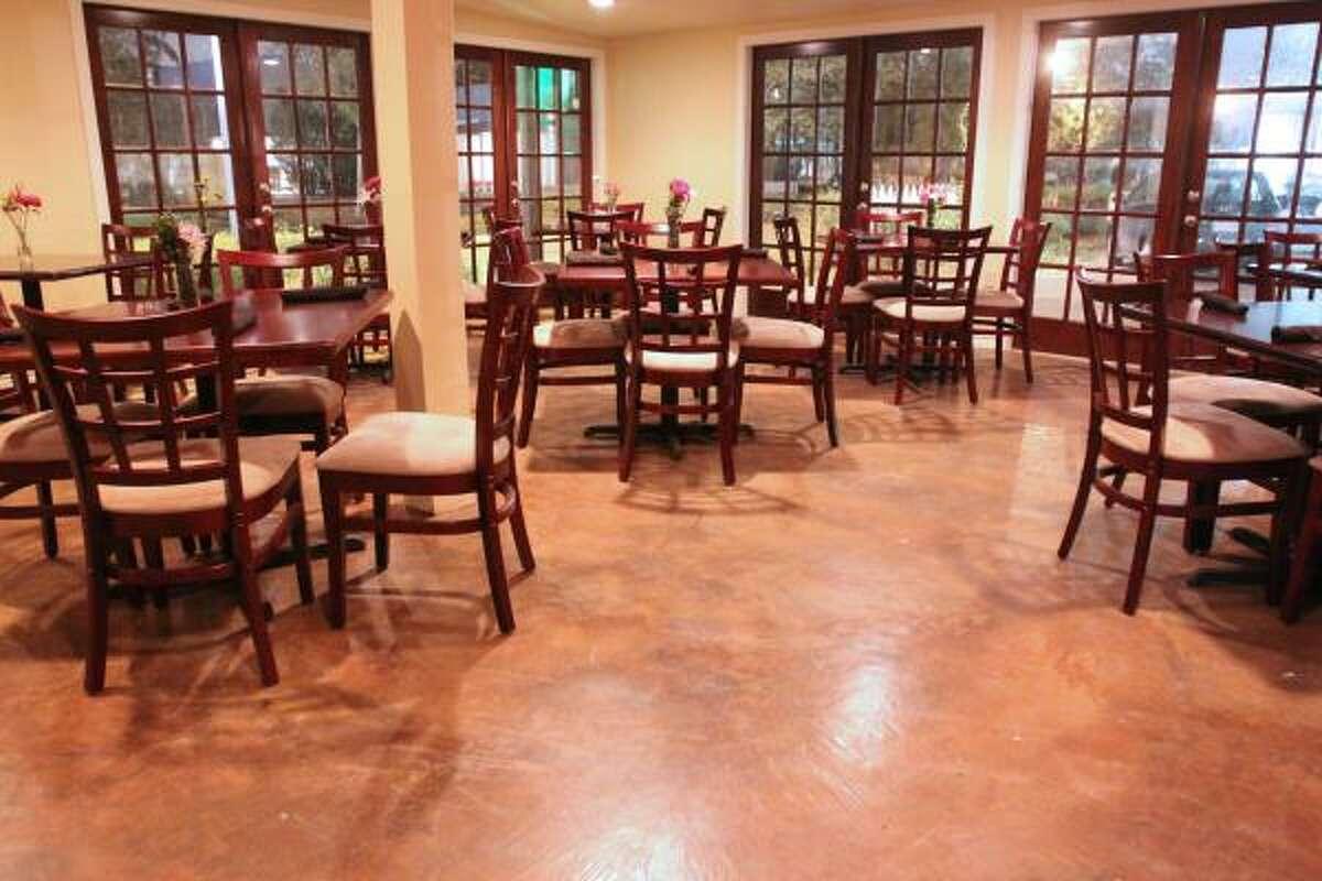 También este sitio cuenta con un salón donde se puede disfrutar de la comida que fusiona diversos sabores.