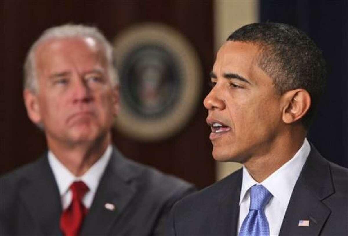 Entre las órdenes ejecutivas emitidas el miércoles están la congelación de salarios para los funcionarios de la Casa Blanca que ganen 100,000 dólares o más, nuevas reglas para la Ley de Libertad de Información y reglas de ética más estrictas.