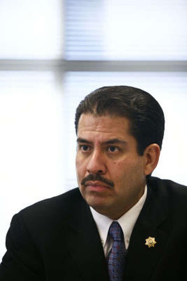 El ex concejal, que en estos momentos es el político hispano de mayor jerarquía en el condado, ha entrado pisando fuerte, con el establecimiento de unas metas ambiciosas y un presupuesto limitado. Photo: Michael Paulsen, Houston Chronicle