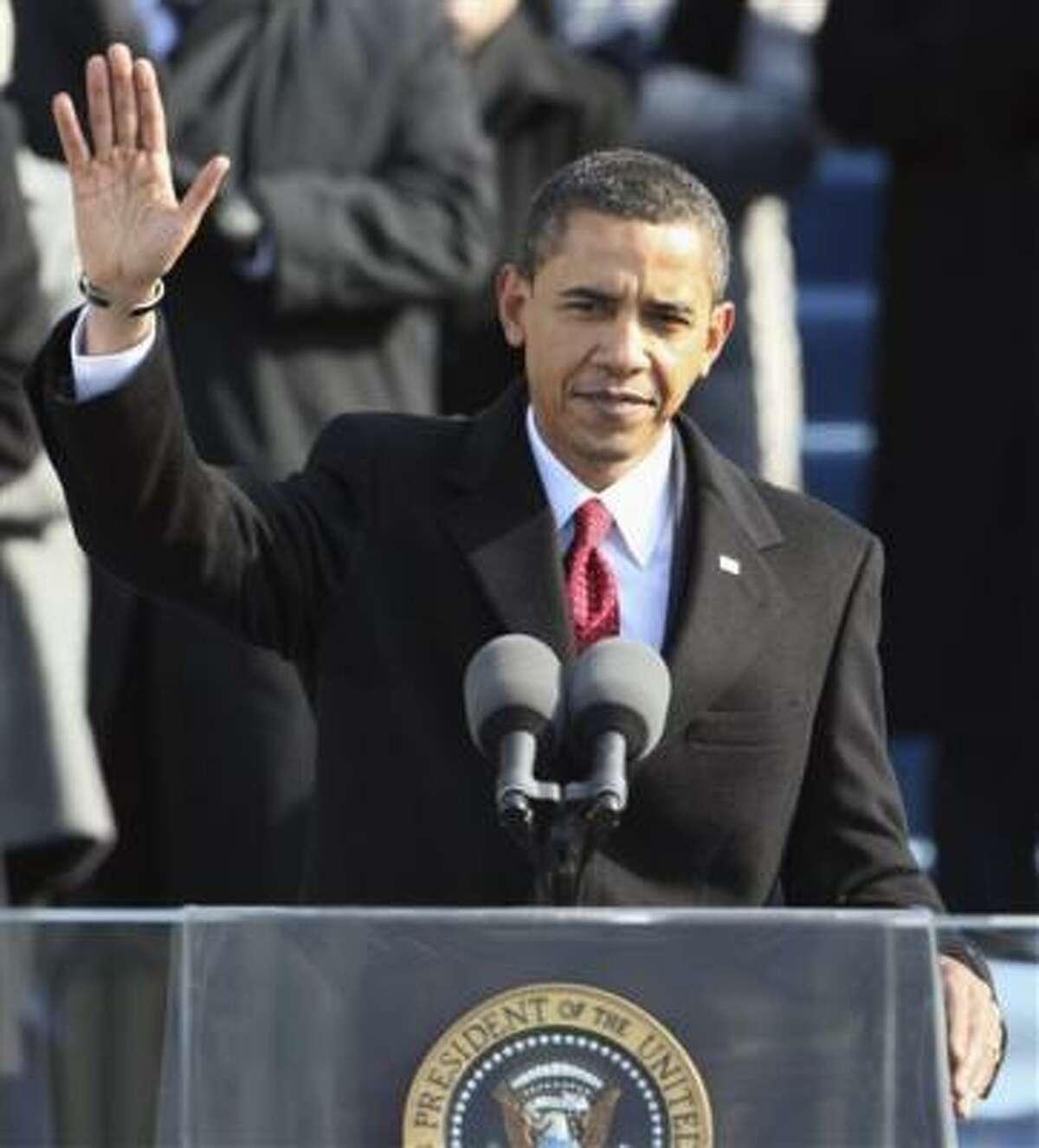 Obama saluda a la multitud en el Capitolio.
