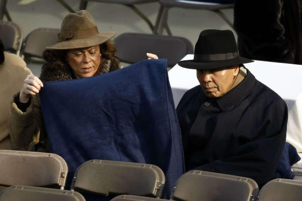 El ex boxeador Mohammad Ali (der.), sentado en las primeras filas en la inauguración de Barack Obama.