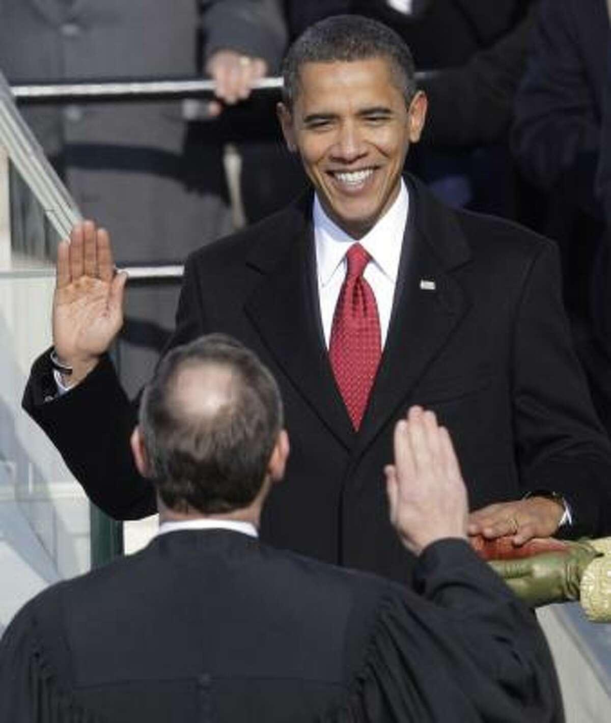 Obama presta juramento ante el magistrado John Roberts, de la Corte Suprema de Justicia.