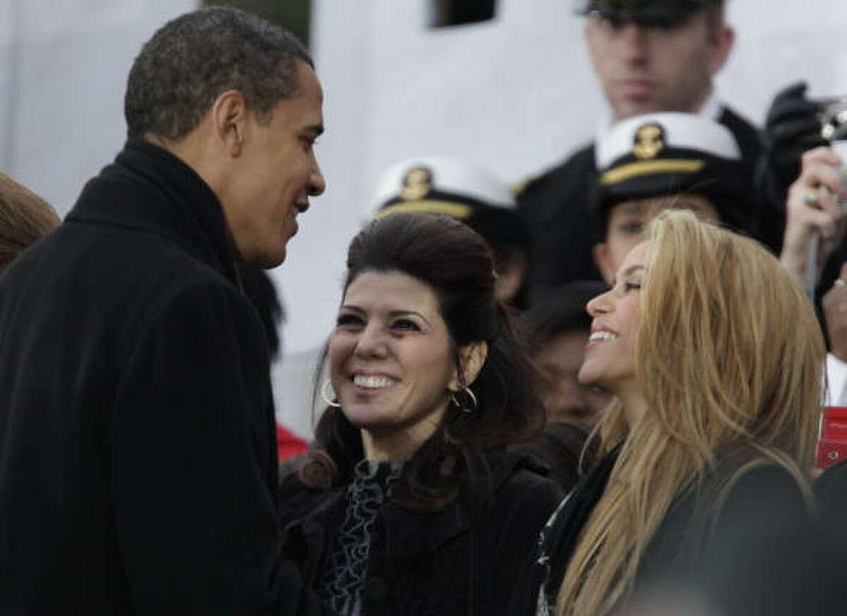 El presidente electo Barack Obama (izq.) saluda a la actriz Marisa Tomei (centro) y a la cantante colombiana Shakira, durante We Are One: Opening Inaugural Celebration at the Lincoln Memorial la celebración de inauguración que se llevó a cabo en Washington.