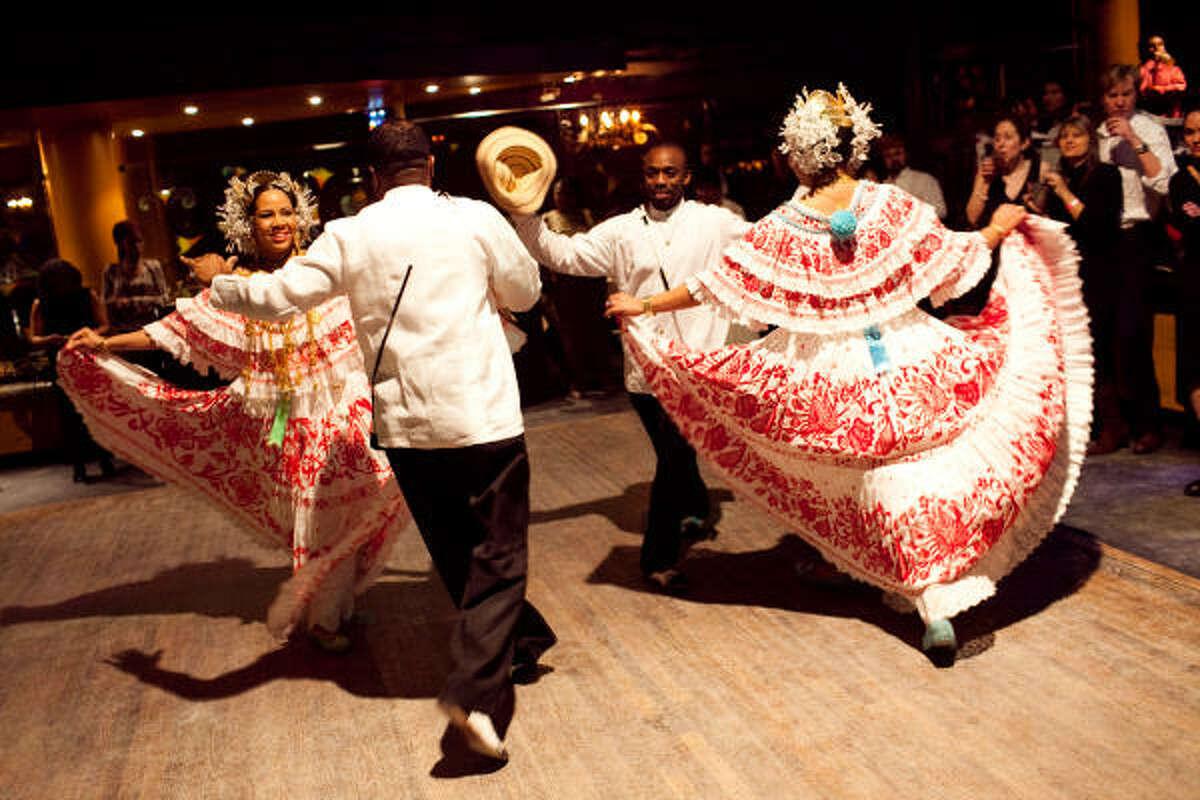 Bailadores panameños actúan en el evento Mambo for Obama que se realizó para celebrar la contribución de la cultura latina en la victoria del presidente Obama en Washington, DC.
