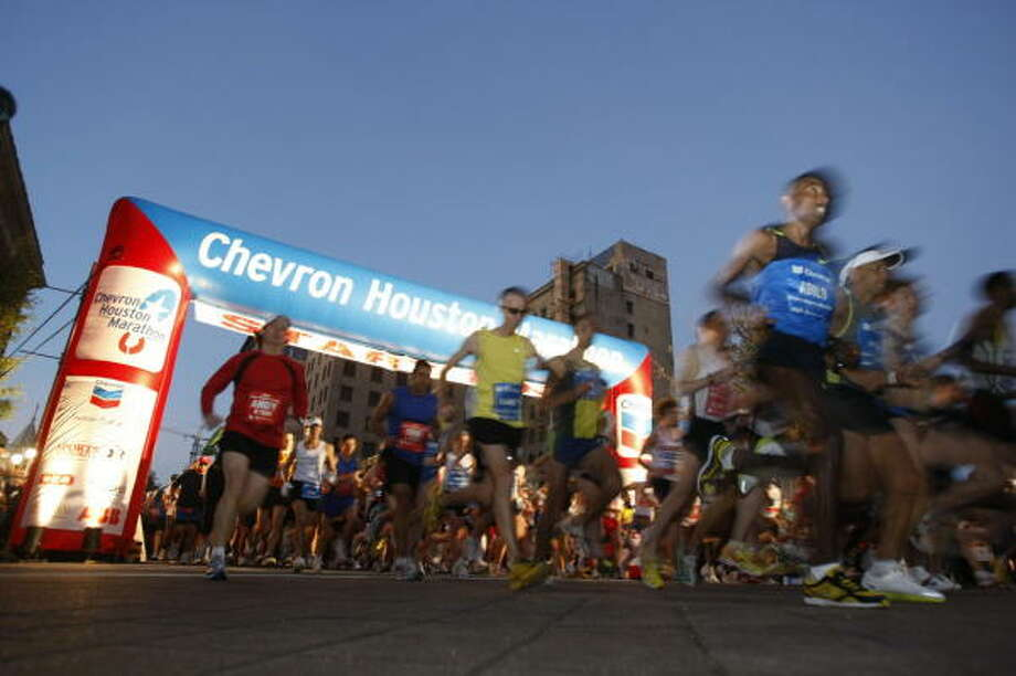 Runners crossed the starting lines by the thousands in the 2009 Chevron Houston Marathon, Aramco Houston Half Marathon and EP 5K race. Photo: Nick De La Torre, CHRONICLE