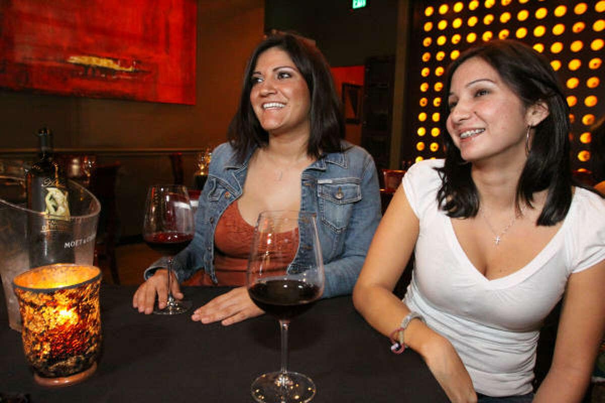 El lugar, que abrió sus puertas en agosto de 2007, es un referente de la vida nocturna de los jóvenes en Clear Lake, Webster y Pearland debido a que es el único wine bar del rumbo. En la foto, de izq. a der., Adrianna Scott y Olivia Martinez.