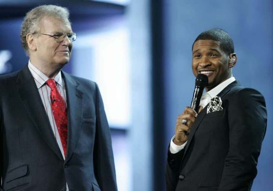 Musical artist Usher, right, smiles at the audience with Sony CEO Sir Howard Stringer during the closing of Sony's presentation at the International Consumer Electronics Show Jan. 8 in Las Vegas. Photo: Ronda Churchill, AP