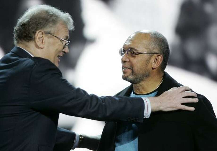 Sony CEO Sir Howard Stringer speaks to baseball legend Reggie Jackson during the Sony presentation at the International Consumer Electronics Show Jan. 8 in Las Vegas. Photo: Ronda Churchill, AP
