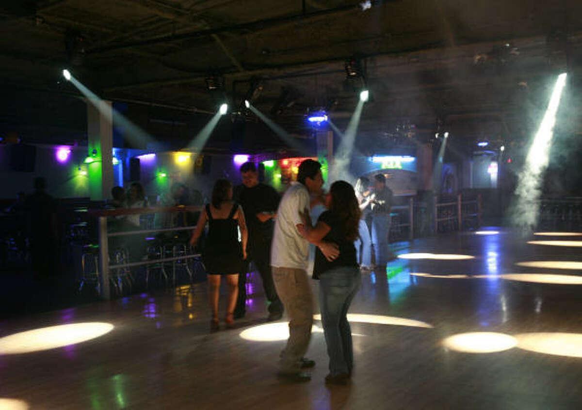 Los asistentes al club son jóvenes mexicanos y centroamericanos, o hijos de inmigrantes a quienes la insólita combinación de ritmos en lugar de sorprenderlos los hace bailar.