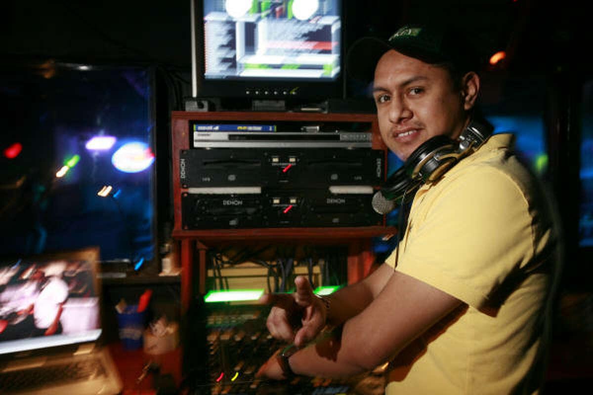 El mexicano DJ Pelos Mix es quien da gusto a la diversa clientela del club con sus estrambóticas mezclas en las que van desde una canción de la cantante mexicana Gloria Trevi hasta una bachata del grupo dominicano Aventura.