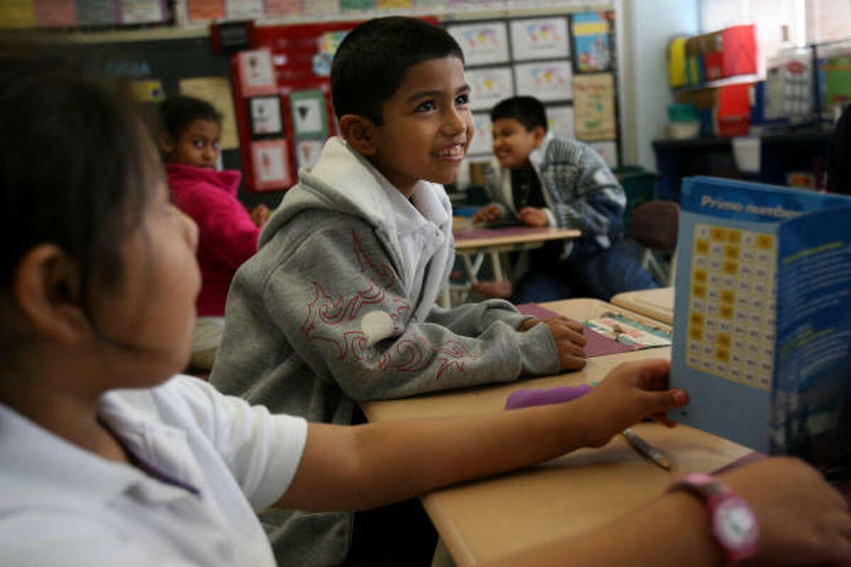 Esta escuela de mayoría hispana está situada en Midtown, y en pocos años pasó de ser académicamente inaceptable a reconocida, el 94 por ciento de sus alumnos se gradúa y ha conseguido que niños sin techo tengan un buen desarrollo escolar. En la foto de izq. a der. DaMaris Guzman y Jonathan Rangel.