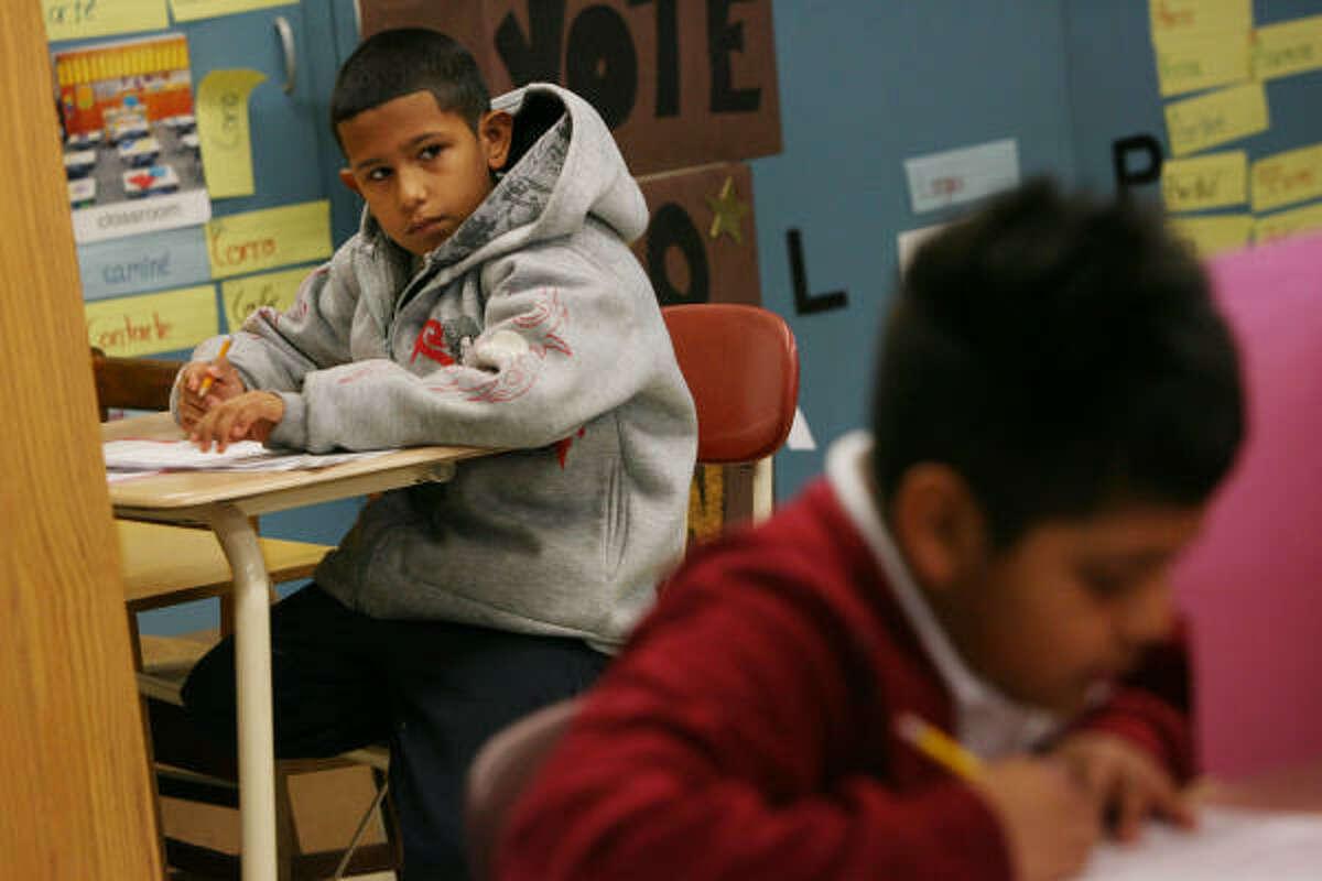 El plantel cerrará en otoño de 2009 y los estudiantes, el 94 por ciento de bajos recursos, serán transferidos a la primaria Edward L. Blackshear. Ángel Rangel en la foto.