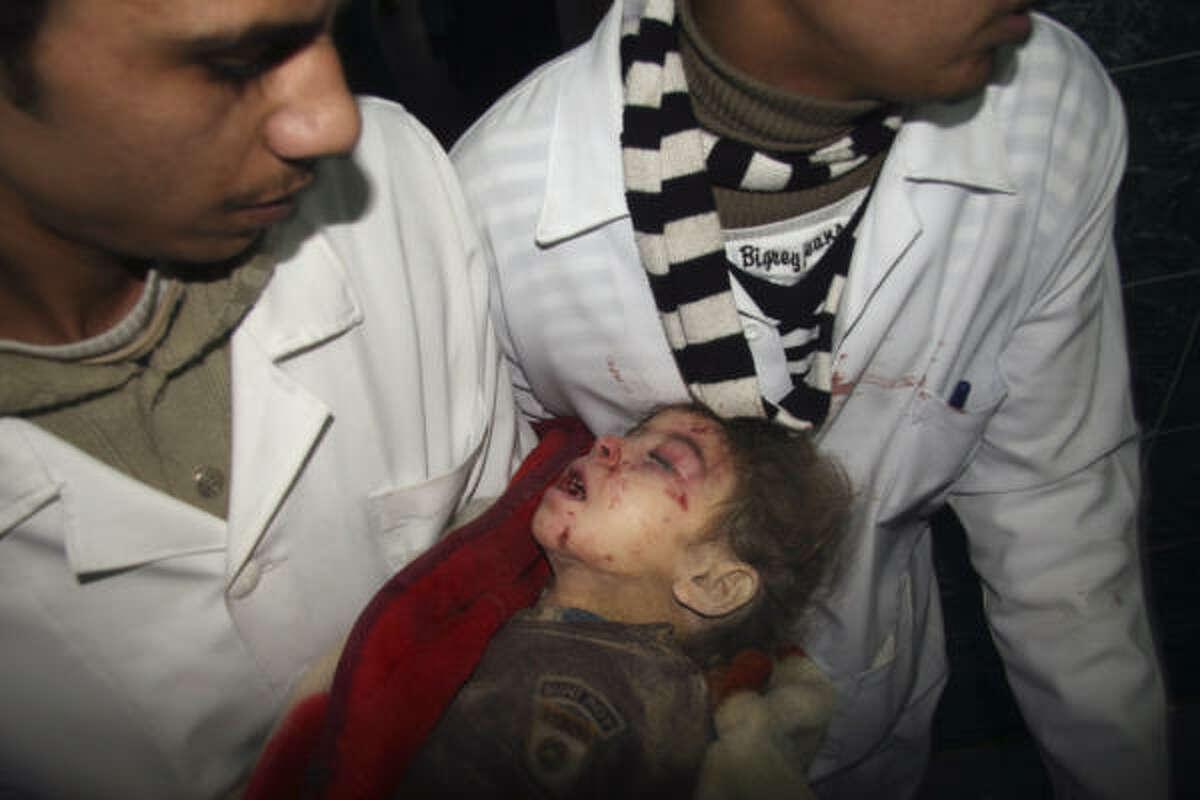 Médicos palestinos llevan el cuerpo de un niño.