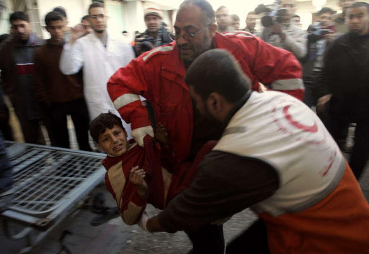 Palestinos trasladan a los heridos al hospital más cercano en Gaza.