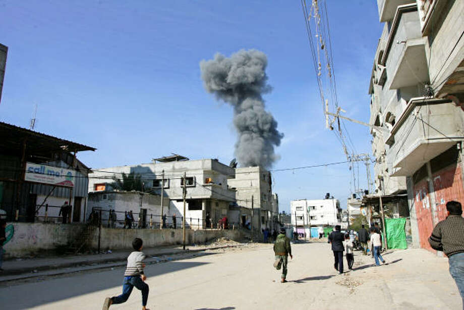 Fuerzas israelíes consolidaron el lunes su control en partes de la franja de Gaza, ocupando tres torres de edificios en los suburbios de la principal ciudad del territorio. Photo: Getty Images