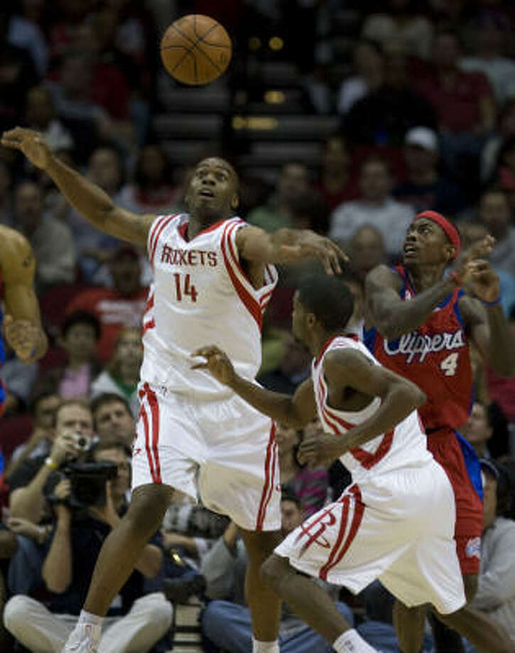 Carl Landry, from left, and Aaron Brooks and Clippers guard Mike Taylor hustle for a rebound in the second quarter. Photo: James Nielsen, Chronicle