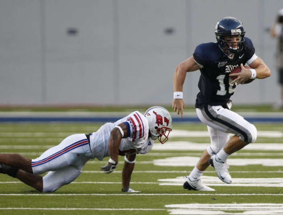 Rice QB Chase Clement, right, escapes the tackle of SMU defender Bryan McCann in the first quarter. Photo: Nick De La Torre, CHRONICLE